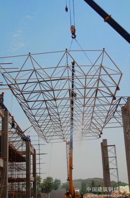 工程屋顶钢结构的吊装