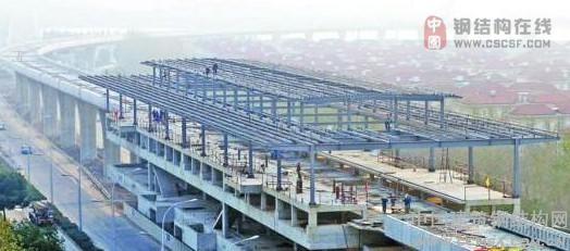 近日,工人们在地铁1号线锡北运河站安装钢结构站屋。地铁1号线高架车站钢结构工程共涉及6个车站,目前各站的施工图深化设计已基本完成,钢结构梁、柱也陆续在制作工厂加工,预计2012年4月之前将完成全部主体及屋面系统的安装工作。(互联网)
