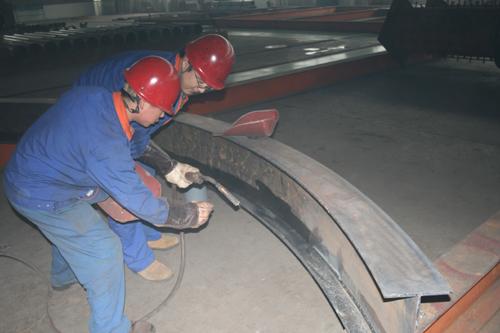 山东新世纪钢结构工程有限公司管桁架生产车间开展了一场弯梁型钢角