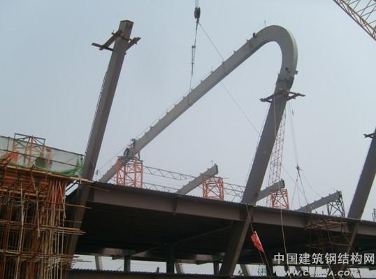 摘 要 合肥新桥国际机场航站楼钢结构施工中,选用塔吊为主、辅助以履带吊作为安装机械;构件采用分段吊装方式安装。施工安装中的辅助措施等统筹在深化图纸中综合考虑,方便了现场操作,加快了安装进度。虹吸落水管埋置在钢柱内,通过在深化、加工等前期阶段的统筹考虑,取得了令人满意的安装结果。 关键词 航站楼 钢结构 施工 1 工程简介 合肥新桥国际机场位于合肥市肥西县高刘镇,航站楼总建筑面积为11.