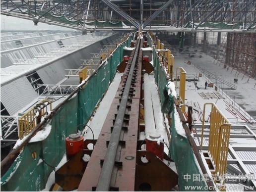 2 南京南站焊接球屋盖钢网架工程的特点、难点 2.1 南京南站焊接球屋盖钢网架工程的特点 (1)结构体系单纯、结构造型规则 站房屋盖结构为单纯的大跨度空间网架结构体系,而且整体造型比较规则,构件种类及节点型式也相对少。因此,无论是在结构体系、结构造型方面,还是在构件、节点方面,本工程并没有特殊性,属于常规性的大体量网架结构工程。 (2)工程体量大、构件数量多 屋面网架经四周悬挑后达到约9万余平方米,整体钢结构总重量约达8000余吨(不含藻井、马道、屋面构件等)。网架构件规格普遍较大,杆件2.