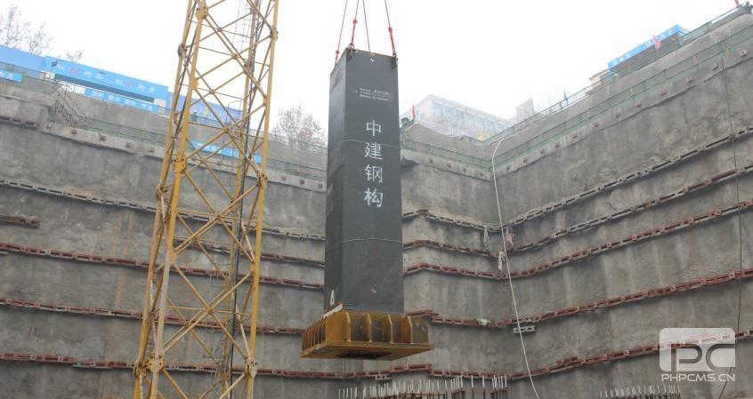 2月20日,随着地下室第一根箱型钢柱吊装成功,由中建钢构有限公司承建的河北省头号重点建设项目——新合作大厦钢结构工程正式开工。 新合作大厦位于石家庄的城市核心商圈---北国商圈,是由河北省供销合作总社、河北省国有资产控股运营有限公司共同投资的河北省一号工程。项目规划建筑面积113245平方米,建筑高度为166.