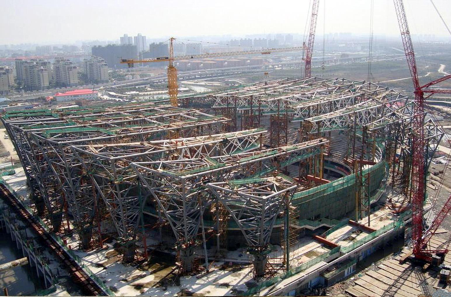 宝钢钢构有限公司(原上海冠达尔钢结构有限公司)是一家宝钢全资投资的,集钢结构设计、制造、安装为一体的专业化企业。 公司具有国家建设部颁发的钢结构工程专业承包一级资质证书,钢结构工程专项设计甲级资质,是国内钢结构行业中首批通过(ISO9000)质量管理体系认证和环境/职业健康安全体系认证的企业,也是国内首批被中国钢结构协会评定为钢结构制造特级企业,持有美国钢结构协会(AISC)认证证书、加拿大焊接局(CSA)认证证书,是美国焊接协会(AWS)的会员单位。 近年来,公司在承制上海环球金融中心、中央电视台新台址