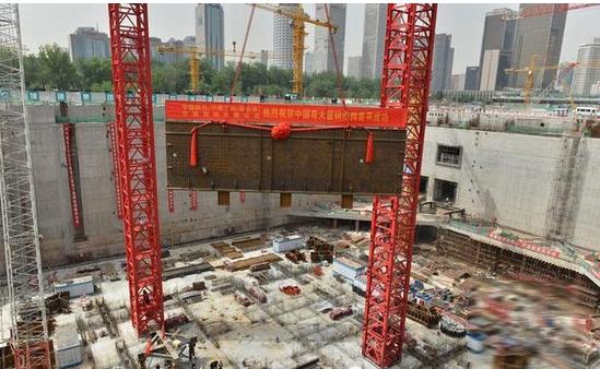 5月15日,北京未来第一高楼——中国尊大厦钢结构工程施工全面启动。在CBD核心区项目施工现场,一个长10.2米、宽3.5米、重达9.3吨的地下室首节钢构件被一台国内最先进的M1280D塔吊精准吊装就位,标志着中国尊大厦正式进入结构施工阶段。 中国尊大厦位于北京市CBD核心区Z15地块,由中信股份投资建设,中国建筑股份有限公司-中建三局集团有限公司(联合体)总承包,中建钢构有限公司负责钢结构施工,是北京CBD核心区一号重点工程。工程建筑面积43.