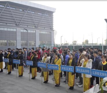 参赛球队排列整齐的队伍准备入场