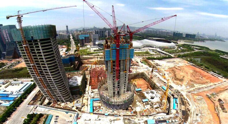 华润总部大厦由于外围56根钢柱、核心筒及钢梁支撑组合楼板需要大量的吊装施工,项目部在中建系统率先采用了第二代微凸支点智能控制顶升施工平台系统。该平台系统主要由支撑与顶升系统、钢框架系统、模板及附属设施系统组成;自重约1800吨、顶升能力达到3300吨,可同时进行三层核心筒立体施工,实现施工流水作业和无缝衔接。 该框架平台系边长33.
