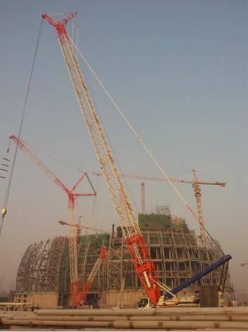 500t大型履带吊再次强势助力新疆大剧院建设_钢结构